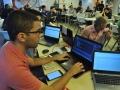 Participantes del evento trabajando en su programación