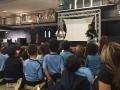 Autora Isset Pastrana leyendole a estudiantes