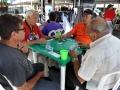 Participantes jugando domino
