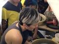 Profesora enseñando como trabajar en barro