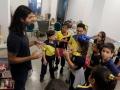 Profesor charlando con alumnos