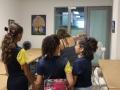 Profesora charlando con alumnos