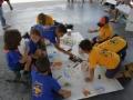 Niños participantes del taller realizando sus obra