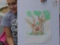 Participante del taller mostrando su obra
