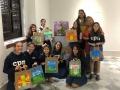 Colegio Puertorriqueño de niñas exhibiendo sus obras pintadas sobre bolsas