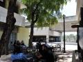 Parte de afuera del local donde los clientes se pueden sentar