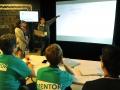 Jóvenes participantes presentando ante mentores del evento
