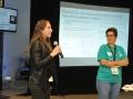 Mentor y participante dirigiendoce al público
