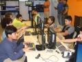 Jóvenes frente a computadoras equipadas por Raspberry Pi
