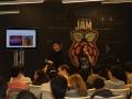 Asistentes del evento atentos a conferencia sobre Raspberry Pi