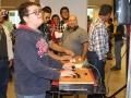 Jóvenes jugando con aplicaciones hechas con Raspberry Pi