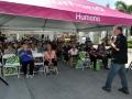 Ciudadanos disfrutando de la actividad de Humana en la plaza de Bayamón