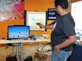 Visitante participando de un juego interactivo