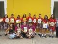 Estudiantes de la Escuela Saint Francis School haciendo mosaicos