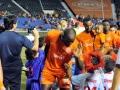Jugadores del equipo PRFC saludando a niños  de pequeñas ligas