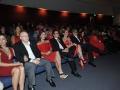 Visitantes sentados en el teatro