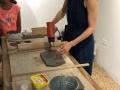 Maestro recurso enseñando la tecnica de tallado en barro