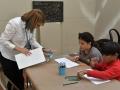 Maestra recurso asistiendo a participantes