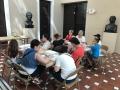 Participantes del Taller de dibujo realizando sus obras