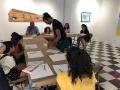 Artista residente dibujando junto a los participantes