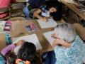 Participantes realizando sus dibujos