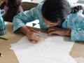 Participante realizando su dibujo