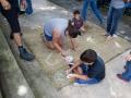 Participantes del taller dibujando con tiza en la Plaza de Bayamón