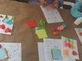 Participantes creando sus tarjetas