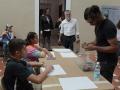 Artista residente repartiendo materiales para el taller