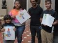 Participantes mostrando sus obras junto a Artista residente