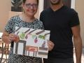 Participante mostrando su obra junto a Artista residente