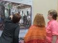 Participantes del taller apreciando las obras del museo