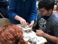 Participante creando su obra en cerámica
