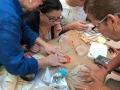 Participante creando sus obra en cerámica