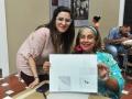 Participante mostrando su obra junto a Artista Natasha Laracuente
