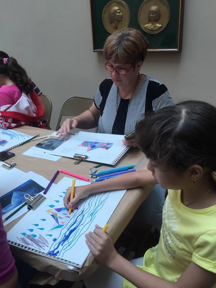 Participantes del taller dibujando